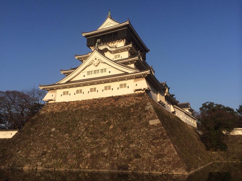 ※写真は当時を偲ぶ程の石垣が残る優雅な小倉城